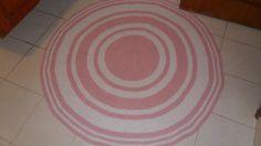 tapete confeccionado em croche <br>material utilizado nbarbante de algodão <br>cores rosa claro e branco <br>pode ser lavado