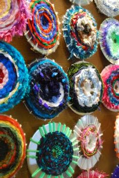CD Weaving...never heard of it..but HAVE to try it now..this is something Maddie will enjoy i think!!! Kids Crafts, Yarn Crafts, Craft Projects, Arts And Crafts, Recycled Cd Crafts, Recycled Glass, Cd Art, Collaborative Art, Art Plastique