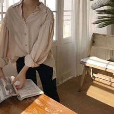 the slightly feminine puff of the sleeves and the pastel colour, balanced by the. the slightly feminine puff of the sleeves and the pastel colour, balanced by the. Pink Outfits, Casual Outfits, Vintage Outfits, Cute Outfits, Fall Outfits, Fashion Mode, Look Fashion, Fashion Outfits, Womens Fashion