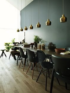 10 dining room paint color ideas to update your dining room decor. Our decorating experts' favorite paint color ideas for dining rooms. For more colorful dining room decorating ideas and painting ideas go to Domino. Deco Restaurant, Restaurant Design, Luxury Restaurant, Sweet Home, Dining Room Paint Colors, Diy Décoration, Dining Area, Dining Rooms, Dining Table