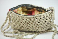 Bolso realizado a crochet, en algodón y lino y con forro de algodón. Cierre con cremallera y asas. 36.90 €