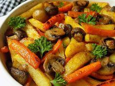 Oloupané brambory a mrkev nakrájíme na hranolky, větší žampiony na polovinu. Brambory a mrkev dáme vařit se lžící citronové šťávy na cca 2... Vegan Recipes, Cooking Recipes, Vegan V, Food 52, Pot Roast, Vegetable Recipes, Clean Eating, Good Food, Veggies