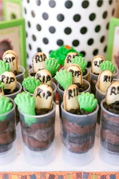 20 Creative Halloween Party Tables & Treats - Foodie FunZombie cake push pops for Halloween by Jennifer Perkins Halloween Theme Birthday, Dulceros Halloween, Halloween Birthday Cakes, Birthday Cake For Him, Zombie Birthday Parties, Cake Table Birthday, Halloween Sweets, Halloween Baking, Birthday Ideas