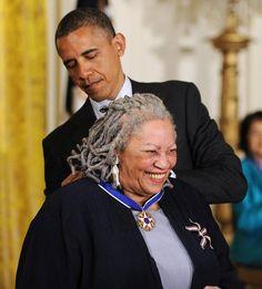 Toni Morrison Receives The Presidential Medal Of Freedom from Barack Obama. Robert Mapplethorpe, Annie Leibovitz, Richard Avedon, Barack Obama, Andy Warhol, Presidente Obama, Toni Morrison, Black Presidents, Barack And Michelle