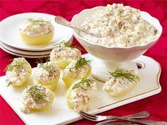 Herkullinen sillitartar on monikäyttöinen tarjottava. Se sopii sellaisenaan lisukkeeksi tai ruisnappien, perunoiden tai leivän kanssa tarjottavaksi. Tartarin voi tehdä myös moussemaiseksi vaahdottamalla smetanan.