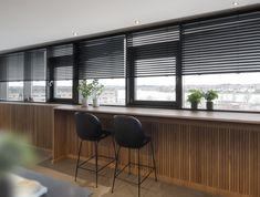 Persienner der er trådløse, enkle og Stilfulde Blinds, Conference Room, Curtains, Table, Furniture, Home Decor, Decoration Home, Room Decor, Shades Blinds