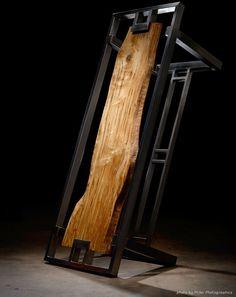 Deze tafel is een costum made project van Ryan Dirksen. Deze vergadertafel is ontworpen voor een nieuwe kantoorruimte van een klant. Gebouwd met een massieve plank van esdoorn hout uit Denver, die is opgehangen in een stalen frame, en daar is een glazen plaat overheen gekomen.
