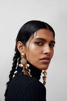 ZARA - Female - Leaf pendant earrings - Golden - M Pretty People, Beautiful People, Fotografie Portraits, 3 4 Face, Portrait Photography, Fashion Photography, Jewelry Photography, Face Reference, Portrait Inspiration