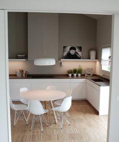 idée fantasrique couleur mur cuisine taupe, petits éléments décoratifs, meubles cuisine blancs, coin repas