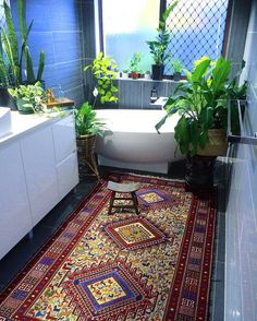 Another day in the jungle bathroom & one utterly SENSATIONAL Vintage Kilim!  Hellooooo you gorgeous textile! Oh the beautiful stories you could tell! (Store link in bio)  #colourmyhome #fearlesshome