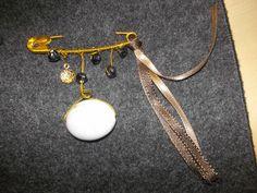 broche épingle avec une pierre ronde & rubans
