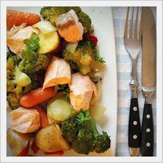 Schnell, gesund und lecker!Oder auch Gemüse vom Blech mit Lachs.Dafür einfach TK-Gemüse nach Wahl, ein paar Zucchini Scheiben, Paprika, Zwiebelviertel, große Kartoffelwürfel und Lachs auf ein Back...