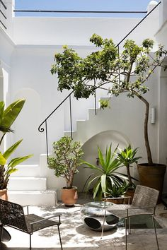 Layered with collectables from around the world, the Tangier home of Hervé van der Straeten and Bruno Frisoni simultaneously stimulates and inspires. Outdoor Rooms, Outdoor Living, Exterior Design, Interior And Exterior, Cafe Design, House Design, Rooftop Design, Small Patio, Spanish Style