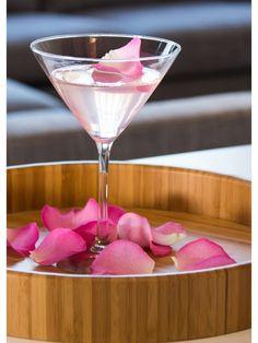 Ein köstliches Paar: Cocktails und Blumen - Tollwasblumenmachen.de #blumencocktails #cocktails #cocktailswithflowers #tollwasblumenmachen #goingout #drinks #cocktailideen