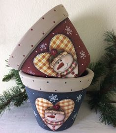 Snowman Crafts, Christmas Projects, Holiday Crafts, Painted Clay Pots, Painted Flower Pots, Flower Pot Crafts, Clay Pot Crafts, Decorated Flower Pots, Decoupage