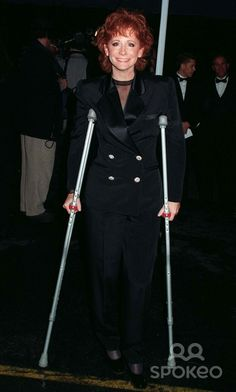 poor reba on crutches:(