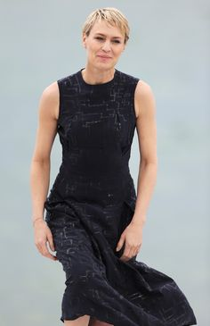 How To Dress Like Claire Underwood If You're +Size Claire Underwood Style, Robin Wright, House Of Cards, Tank Man, Celebs, Plus Size, Stylish, Lady, Womens Fashion
