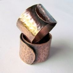 A working hour making hammered copper rings. (in Spanish)