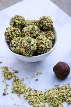 These Chocolate Coffee & Pistachio Bliss Balls are the perfect pick up. Healthy Sweets, Healthy Snacks, Healthy Eating, Healthy Breakfasts, Raw Food Recipes, Healthy Recipes, Snacks Recipes, Protein Recipes, Protein Foods