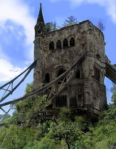 Amazing, this is the Abandoned Tower Bridge, London, maybe someday it will looks like an urbex building! Abandoned Castles, Abandoned Mansions, Abandoned Places, Spooky Places, Haunted Places, Old Buildings, Abandoned Buildings, Magic Places, Tower Bridge