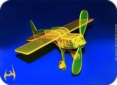 Avião feito em acrílico amarelo.  Plane produced in yellow acrylic.