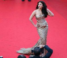 Aishwarya Rai Bachchan works the cameras on her red carpet return.