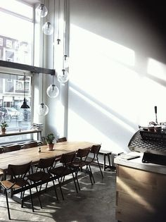 Lovely communal table at Hopper Coffee, Rotterdam. Design Café, Design Studio, Deco Design, Cafe Design, Design Ideas, Café Bistro, Deco Cafe, Interior Architecture, Interior Design