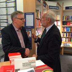 Jakob Kellenberger (rechts) und Jens Stocker, Inhaber der Buchhandlung Bider & Tanner, Basel, 27.1.2015 (Bild Verlag NZZ Libro)