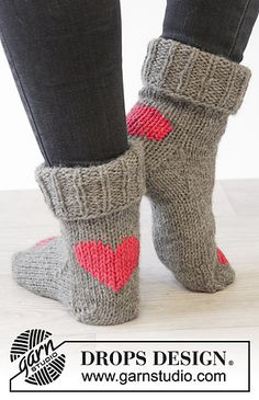 """DROPS Valentine: Knitted DROPS socks with hearts in """"Nepal"""""""