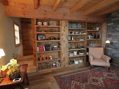 Salon tout en bois et étagère séparant deux pièces