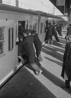 Tokyo'da kondüktörler insanları trene sığdırmaya çalışıyor,1962