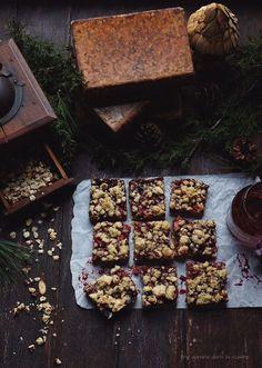 apple-berry + hazelnut streusel bars   une gamine dans la cuisine