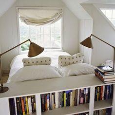 Si tenéis poco espacio en el dormitorio, podemos recurrir a estanterías o armarios a modo de cabecero. ¿Qué os parece la propuesta?