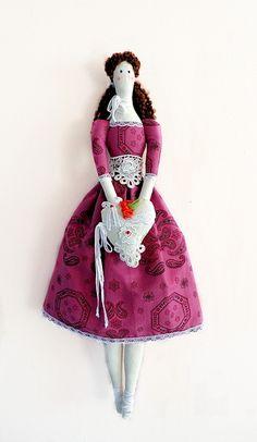 Boneca estilo Tilda com o toque original e exclusivo Casulo dos Fios.    Para essa boneca fiz um lindo vestido com rendas e guipir, além do lindo coração para vibrar o amor de quem dá e recebe.