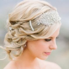 Add a little Gatsby glam to your wedding day do with one of these gorgeous 1920s-inspired hairstyles. (Pic via Style Me Pretty)
