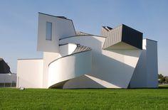 Vitra Design Museum Frank Gehry, 1989 Au fil des ans, Vitra avait rassemblé une collection de meubles et de chaises et souhaitait pouvoir la présenter au public. L'objectif, qui était au départ de construire un hangar de stockage et d'exposition, a évolué pendant la planification de la première construction de Frank Gehry en Europe. Un musée devant se consacrer à l'étude et à la popularisation du design et de l'architecture est né sous la forme d'une fondation indépendante le Vitra Design…
