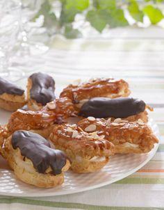 Eclairs, den skønne lille vandbakkelse fyldt med creme, er en favorit på mange kageborde. Her får du opskriften på en version med creme og chokolade.
