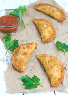 Pepperoni Pizza Empanadas ~ Crunchy on the outside, cheesy and gooey on the inside. The perfect snack or appetizer for any occasion. Top Recipes, Side Dish Recipes, Mexican Food Recipes, Great Recipes, Favorite Recipes, Drink Recipes, Delicious Recipes, Mexican Meals, Empanadas