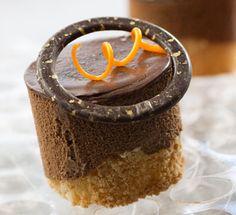 אורן בקר: קינוחים לפסח - סופלה שוקולד על בסיס מרנג אגוזי לוז, עוגה בחושה עם בוטנים וקשיו בציפוי שוקולד, טארט פיצוחים וקרמל, עוגת מוס שוקולד-קרמל על בסיס ביסקוויט קוקוס ומוס גבינה עם קארמבל ופירות אביב