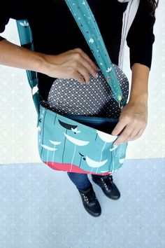 Stellar Satchel (free) Tutorial. i love this tute, lots of pics, shows assembly process.