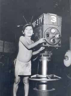 Garoto vestido de indiozinho participa na inauguração da TV Tupi, dia 18 de setembro de 1950.