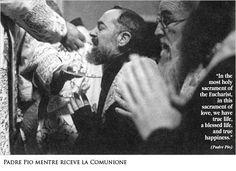 Padre Pio, pur essendo sacerdote, riceveva la Comunione in bocca e in ginocchio.