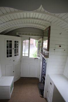 English Gypsy caravan, Gypsy wagon, Gypsy waggon and vardo: Beautifully clean interior. Gypsy Living, Tiny House Living, Rv Interior, Interior Ideas, Interior Design, Gypsy Trailer, Rv Trailer, Gypsy Home, Home Design