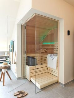 A house sauna may likewise help your friends and family keep healthy and loose. It's a handy and cheap technique to get pleasure from a resort life-st. Saunas, Sauna Steam Room, Sauna Room, Jacuzzi, Sauna Infrarouge, Indoor Sauna, Sauna Design, Spa Rooms, Transitional Decor