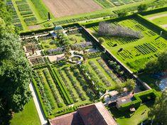 Initialement le jardin potager du château dans le style typique des jardins du XVIIIe, il a ensuite été remanié dans le style anglais du XIXe siècle. Style Anglais, City Photo, Gardens, Rose Bush, 19th Century, Potager Garden, Peony, Shrub