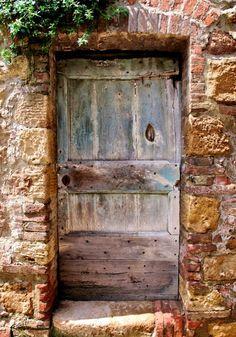 A door in the quaint town of Pienza in Tuscany, Italy Cool Doors, Unique Doors, Door Knockers, Door Knobs, When One Door Closes, Door Entryway, Door Gate, Wooden Doors, Rustic Doors