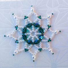 Vánoční+hvězda+-+vločka+Vánoční+hvězda+z+korálků+na+pevném+drátku.+Vhodná+jako+ozdoba+na+stromeček+nebo+do+adventní+ozdoby,+či+jako+dekorace+do+interiéru+apod.+Velikost+10cm.