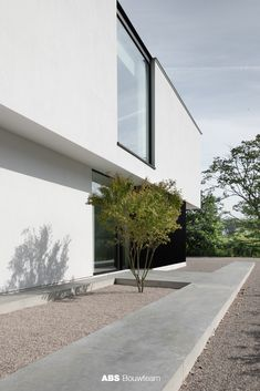 Drongen since 2019 to admire this modern villa. Minimalist Architecture, Modern Architecture House, Beautiful Architecture, Landscape Architecture, Landscape Design, Home Building Design, House Design, Great Buildings And Structures, Modern Buildings
