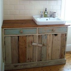 The Best DIY Pallet Projects for Your Bathroom – Crafts and DIY Ideas – Diy Bathroom İdeas Pallet Bathroom, Bathroom Crafts, Diy Bathroom Vanity, Rustic Bathroom Vanities, Diy Vanity, Bathroom Styling, Remodel Bathroom, Small Bathroom, Pallet Vanity