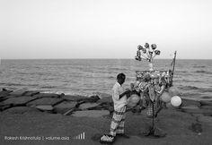 Balloon man at Pondicherry beach. #travel #traveling #vacation #visiting #instatravel #instago #instagood #trip #holiday #photooftheday #fun #travelling #tourism #tourist #instapassport #instatraveling #mytravelgram #travelgram #travelingram #igtravel @copyrightindia #pondicherry #IndiaPictures #india By Rakesh Krishnotula Follow on IG : rakesh.krishnotula Production : volume.asia